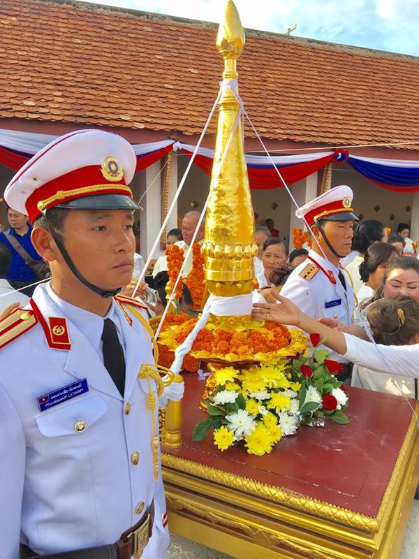 ประธานประเทศลาวนำพิธียกยอดจอมทองคำพระธาตุหลวงเวียงจันทน์