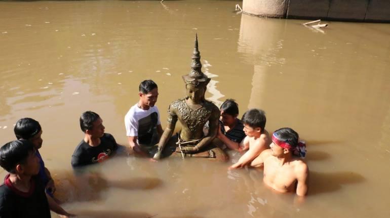 งมเจอ พระพุทธรูปปางทรงเครื่องกษัตริย์ จมน้ำเขตแดนไทย-ลาว